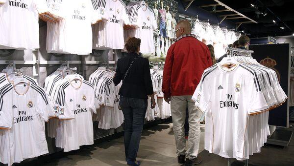 Фирменный магазин клуба Реал Мадрид к услугам поклонников футбола. Архивное фото