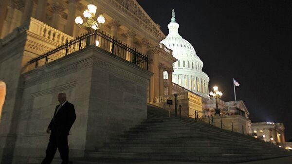 Член палаты представителей США выходит из здания Конгресса