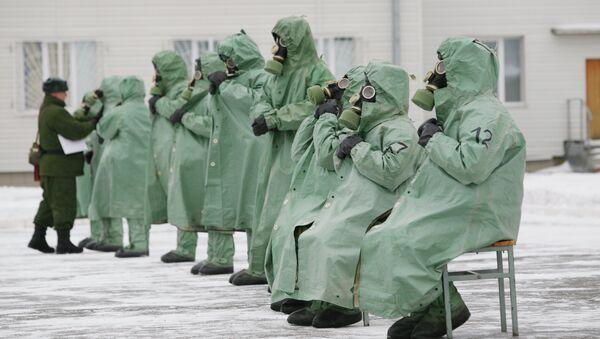 Военнослужащие в костюмах химзащиты во время занятий по РХБЗ. Архивное фото
