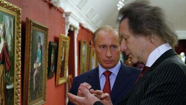 Премьер-министр РФ В. Путин посетил галерею А.Шилова, архивное фото