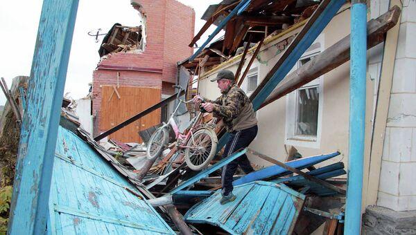 Житель снесенного дома в Новосибирске собирает вещи.