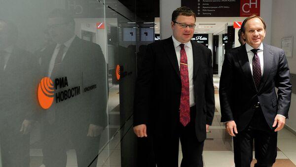 Генеральный директор РИА Новости Николай Бирюков и губернатор Красноярского края Лев Кузнецов