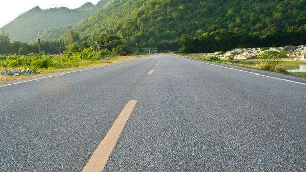 Дорога в провинции Канчанабури на северо-западе Таиланда, архивное фото