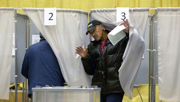 Избиратель на избирательном участке в день выборов мэра Томска, архивное фото