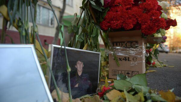 Цветы, принесенные жителями района Западное Бирюлево, на месте убийства 25-летнего москвича Егора Щербакова