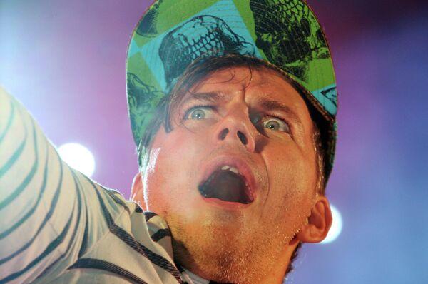 Лидер группы Мумий Тролль Илья Лагутенко выступает на концерте в Калининграде