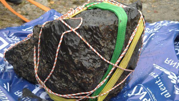 Осколок метеорита, поднятый из озера Чебаркуль.