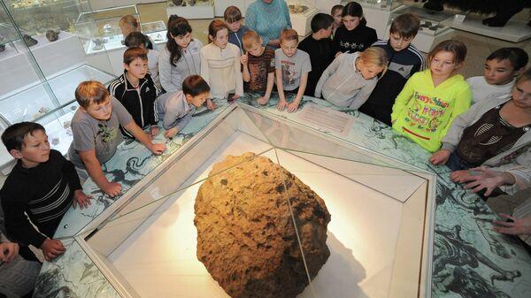 Метеорит Челябинск экспонируется в краеведческом музее Челябинска