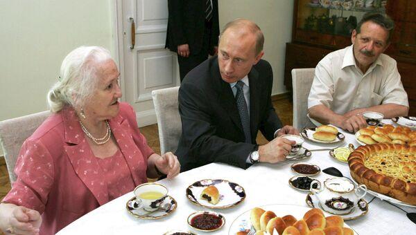 Михаил Шолохов (справа), архивное фото