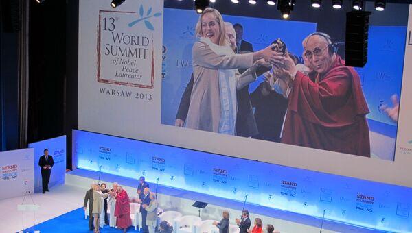 Шэрон Стоун получает Награду мира из рук Далай Ламы XIV на Саммите лауреатов нобелевской премии мира в Большом театре в Варшаве. Архивное фото