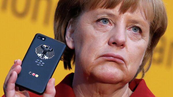Канцлер Германии Ангела Меркель держит BlackBerry, архивное фото