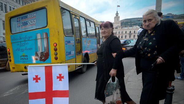 Люди с флагом Грузии. Архивное фото