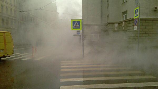 Прорыв трубы в центре Петербурга. Архивное фото