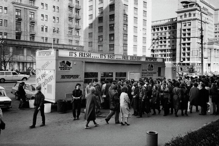 Очередь за пиццей в центре Москвы