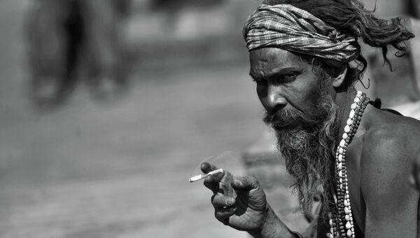 Курильщик из Непала. Архивное фото