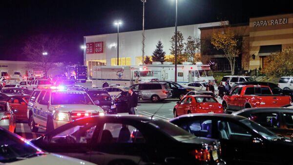 Полицейские на месте стрельбы в торговом центре Garden State Plaza в американском городе Парамус, штат Нью-Джерси, фото с места события