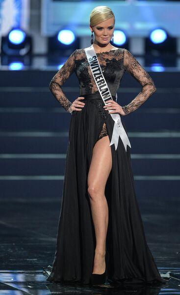 Участница конкурса Мисс Вселенная-2013 из Швейцарии Доминик Риндеркнехт во время полуфинала