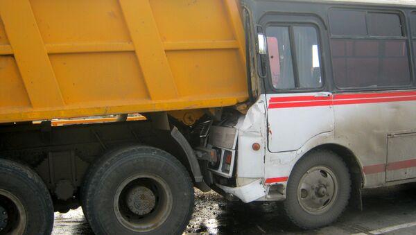 Автобус врезался в грузовик под Астраханью