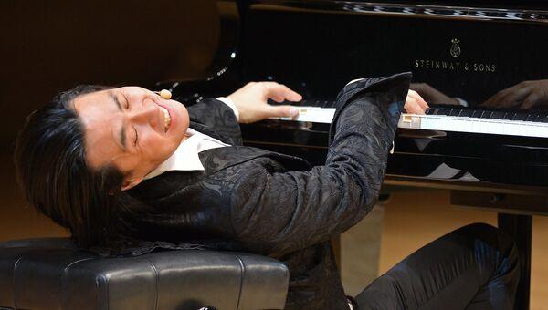 Пианист Янг-ки Джо во время музыкально-комедийного шоу А теперь Моцарт