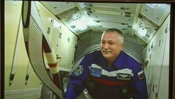 Космонавт Роскосмоса Михаил Тюрин с олимпийским факелом на Международной космической станции