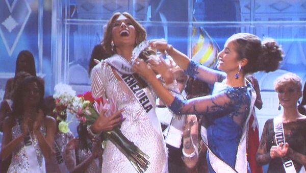 Мисс Вселенная-2013 едва не уронила на пол корону во время награждения