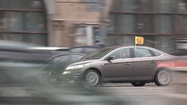 Автомобили на аварийках съехались на пикет против платных парковок в столице