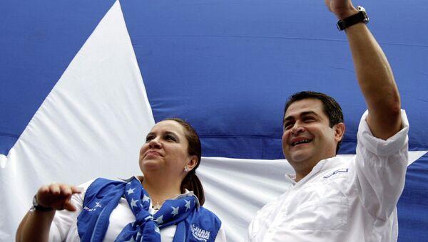 Кандидат от правящей партии Гондураса на пост президента Хуан Эрнандес с супругой. Архивное фото