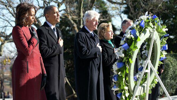 Президент США Барак Обама и бывший президент Билл Клинтон в сопровождении своих жен Мишель и Хиллари возложили венок на могилу Джона Кеннеди. Фото с места событий