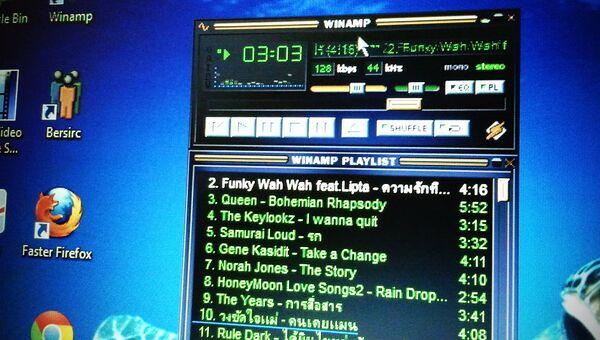 Плеер Winamp на мониторе компьютера. Архивное фото