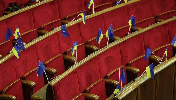 Украинские флаги и флаги Евросоюза видны перед началом заседания парламента в Киеве