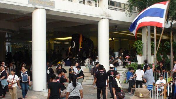 Демонстранты во внутреннем дворе Министерства финансов Таиланда в Бангкоке, фото с места события