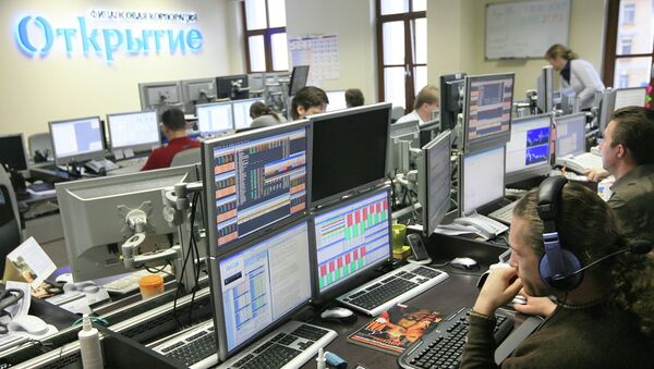 Работа трейдеров в инвестиционном банке Открытие, архивное фото