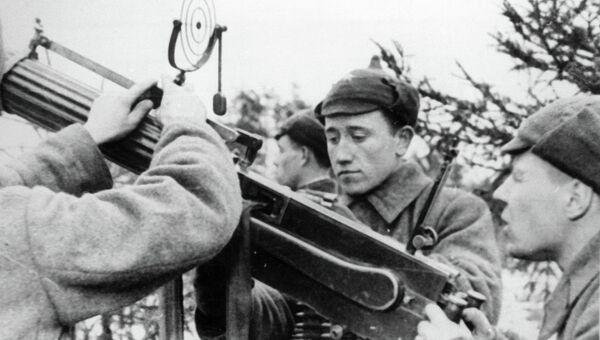 Бойцы Красной Армии готовят зенитный пулемёт к бою, Архивное фото
