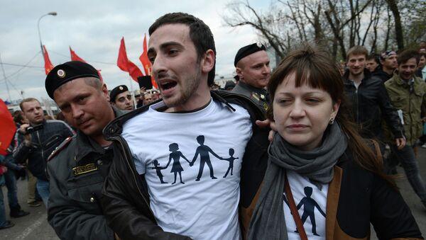 Сотрудники полиции задерживают православного активиста Дмитрия Энтео (Цорионова) на митинге оппозиции на Болотной площади в Москве. Архивное фото