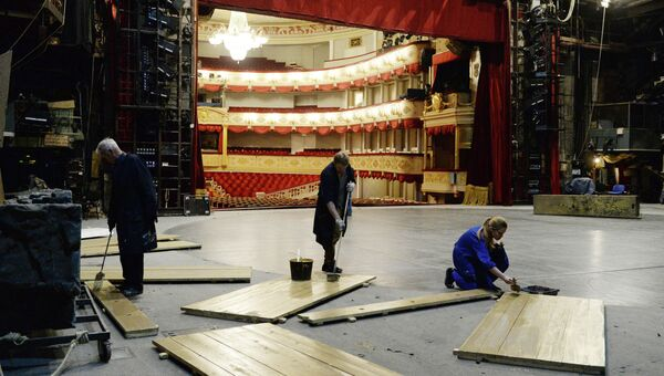 Рабочие во время реконструкции Основной сцены малого театра на Театральной площади.