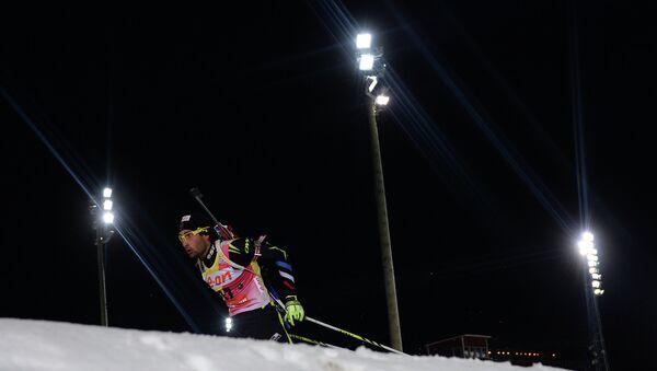 Мартен Фуркад на дистанции спринтерской гонки на 1-м этапе КМ по биатлону. Фото с места события