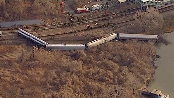 Вагоны пассажирского поезда сошли с рельсов и упали в овраг в Нью-Йорке