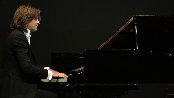 Народный артист России Дмитрий Маликов выступает на церемонии вручения премии . Архивное фото