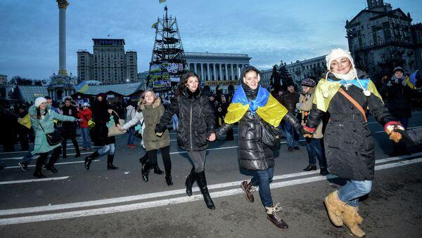 Девушки водят хоровод на площади Независимости в Киеве. Фото с места событий