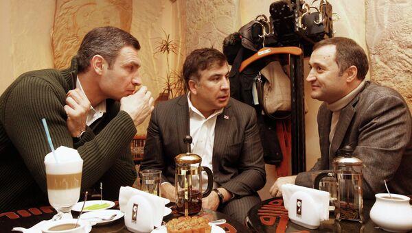 Михаил Саакашвили, Виталий Кличко и Влад Филат в киевском кафе