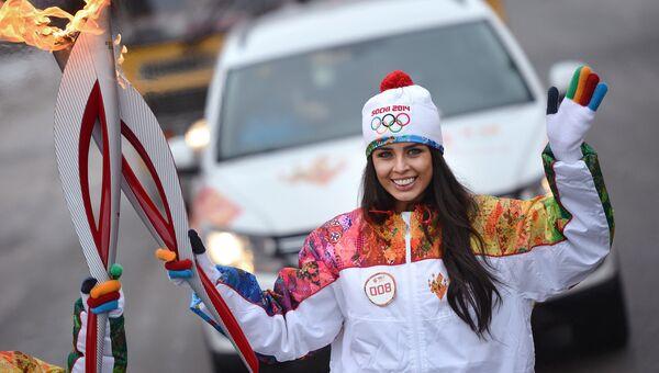 Обладательница титула Мисс России 2013 Эльмира Абдразакова во время эстафеты Олимпийского огня в Куйбышеве, фото с место событий