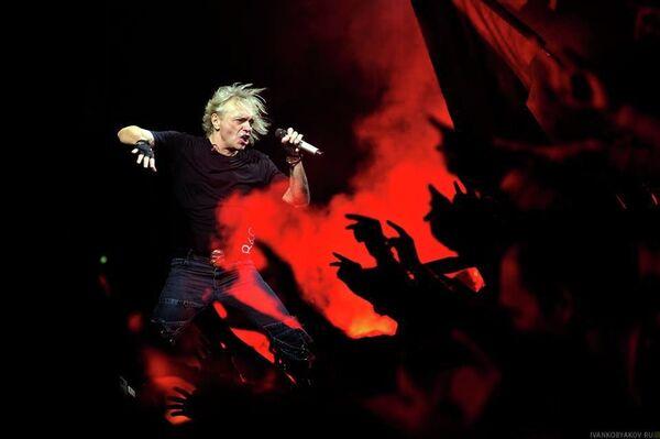 Константин Кинчев во время концерта группы Алиса