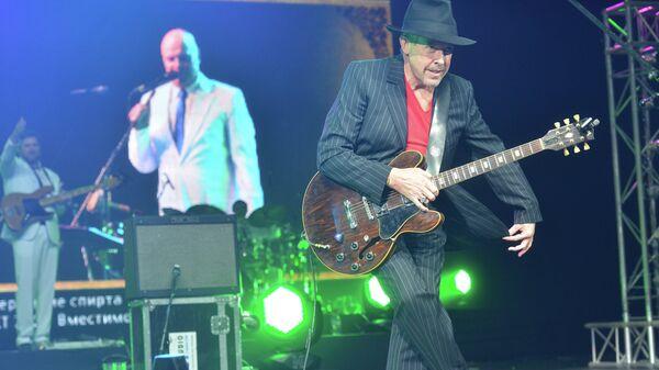 Лидер группы Машина времени Андрей Макаревич во время юбилейного концерта группы Несчастный случай.