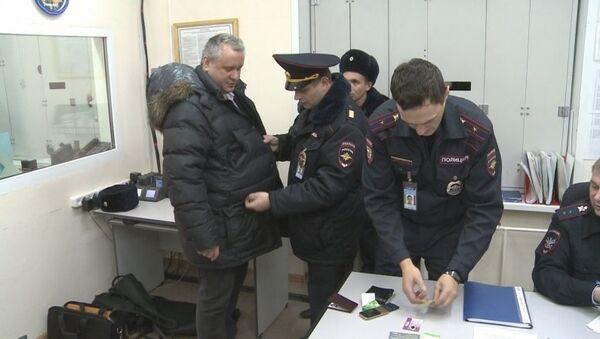 Мужчина, снятый с рейса Красноярск - Москва, в дежурной части линейного отдела МВД РФ в аэропорту Толмачево (Новосибирск)