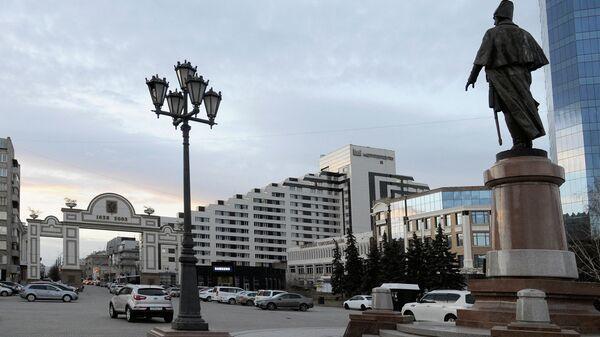 Триумфальная Арка 375-летия Красноярска и мемориальный комплекс Камергер Н.П.Резанов на площади перед Большим концертным залом