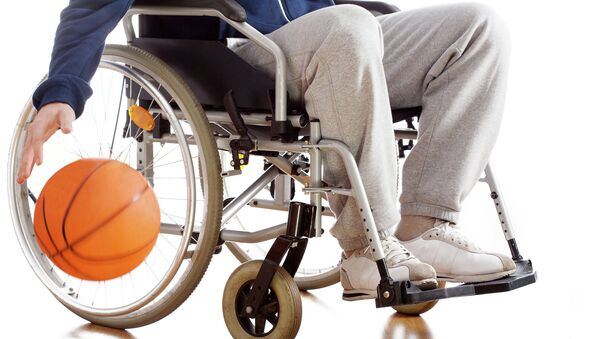 Мужчина в инвалидном кресле занимается спортом. Архивное фото