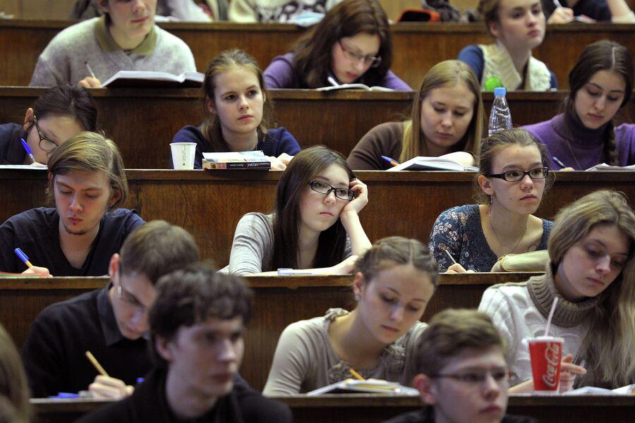 Студенты Московского государственного университета им. М.В. Ломоносова во время лекции