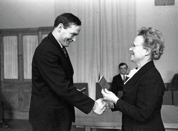 Вручение партийного билета заслуженному артисту РСФСР Василию Лановому