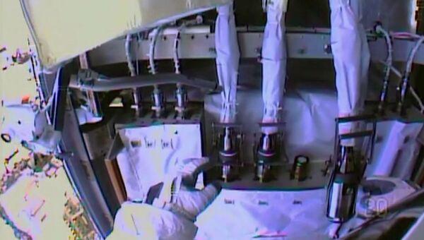 Шланги для подачи аммиака и насос системы охлаждения. Архивное фото