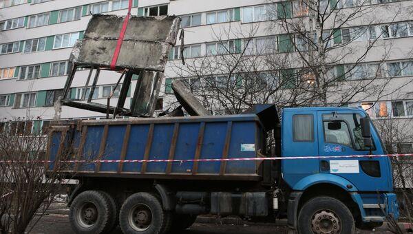 Разбор завалов в жилом доме на улице Ольги Форш в Петербурге после взрыва. Фото с места события